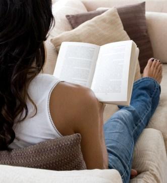 Pige_der_læser_en_bog